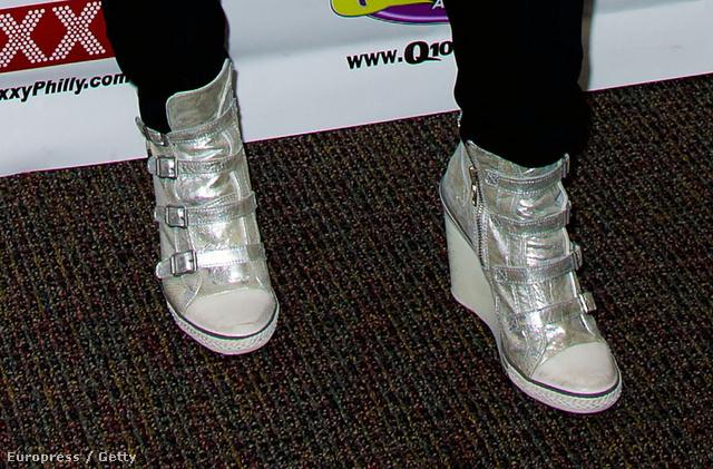 Nelly Furtado ezüst edzőcipője semmilyen alkalomra nem megfelelő viselet