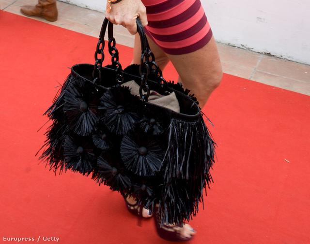 Elle Macpherson rojtos táskával Cannes-ban