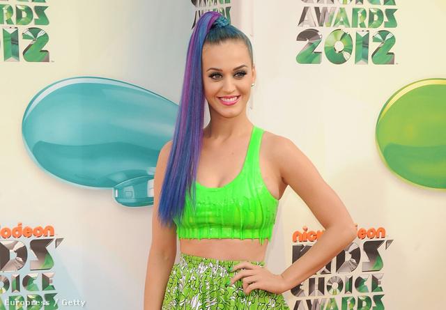 Katy Perry 2012 márciusában ilyen neon szettben ment gálázni