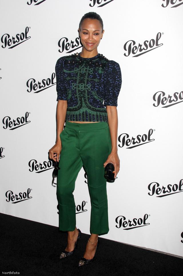 Zoe Saldana kék felsőhöz választott zöld nadrágot New Yorkban.
