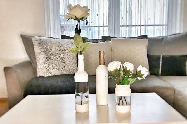 Maszkolószalag használata nélkül színre fújhatjuk az egész üveget, és a nyakát akár kötéllel körbetekerhetjük.