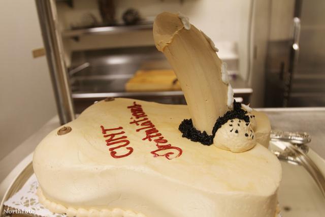 A pénisz alakú torta szintén kihagyhatatlan kellék