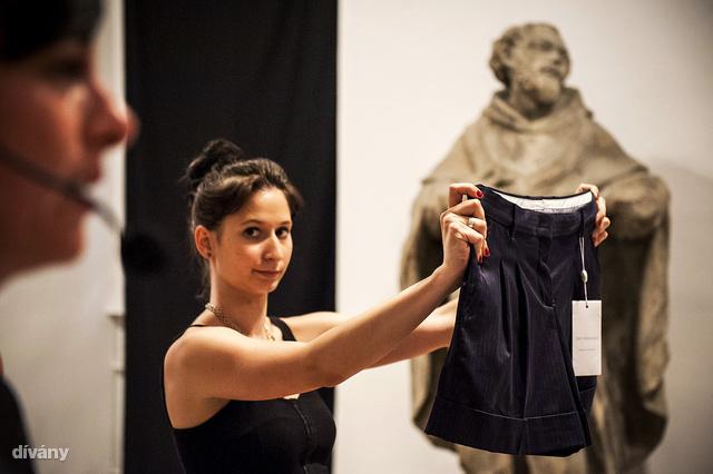 Ezt a nadrágot nem magyar tervező alkotta, hanem a Fashion Days ajánlotta fel. A 42-es méretű Trussardi short csak 4000 forintot ért az aukción.