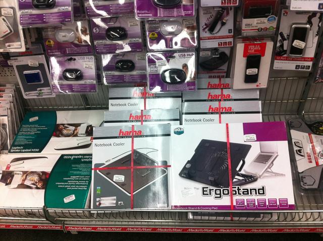 Szerencsére az elektronikai üzletekben, például a Media Marktban nyüszögnek az alátétek, amelyekkel segíteni lehet ezen a problémán.
