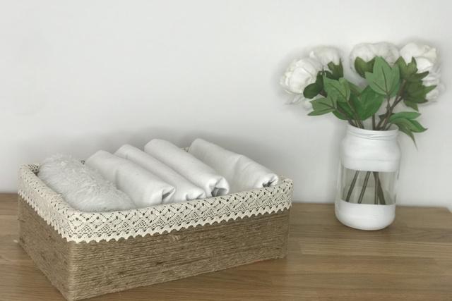 Csipkével is szegélyezhetjük, textilek tárolására is nagyon szép megoldás.