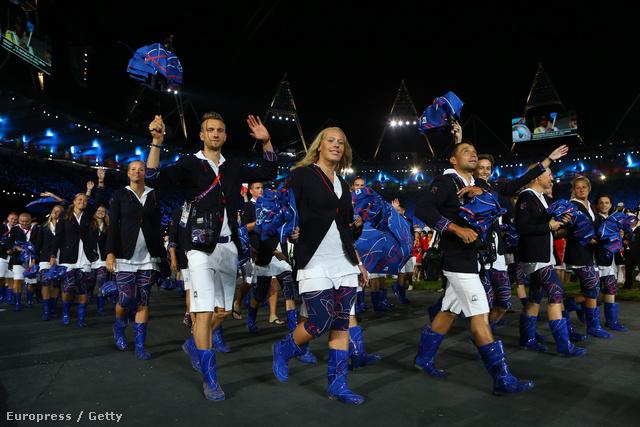 A cseh olimpiai csapat bevonulása, kékben, gumicsizmában