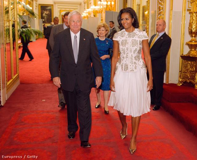 Michelle Obama és az amerikai nagykövet,Louis Susman a Buckingham Palotában.