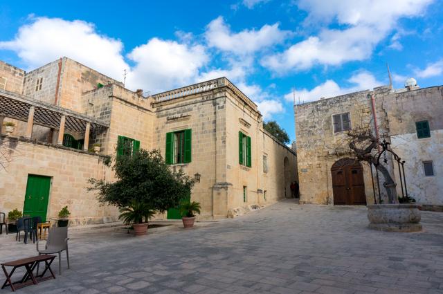 Mdina Mecset tere, ahol a Trónok harca jeleneteket forgatták.