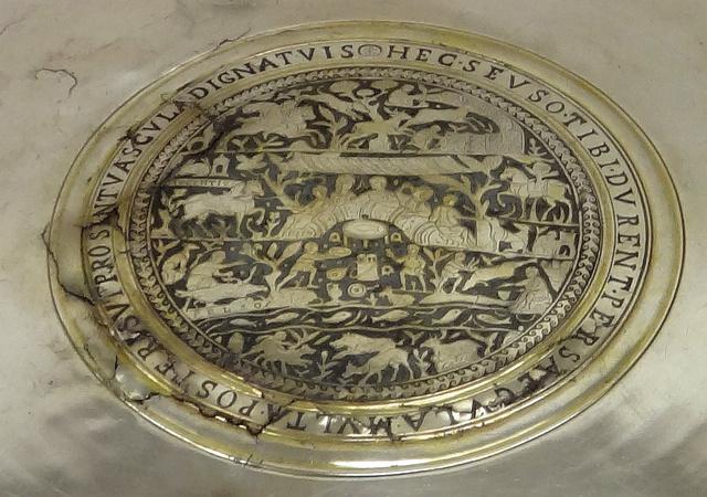 Medalion a híres ezüsttál közepén, baloldalt lent a Balatonnal, rajta a Pelso-felirattal
