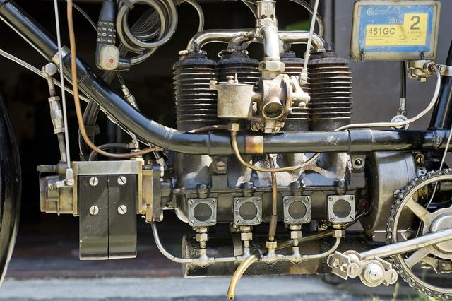 A motor alatt futnak össze az olajcsatornák