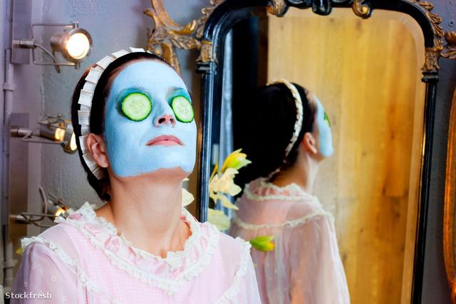 stockfresh 1556318 funny-housewife-beauty-green-clay-mask sizeM