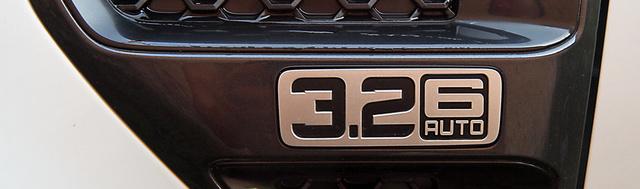 Messziről is látható számok a vak dekorrácson: 3.2 literes motor, hatfokú váltóval