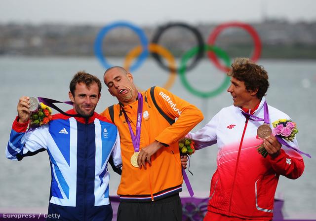 Pityókásan. (balról jobbra: Nick Dempsey brit, Dorian Van Rijsselberge holland és Przemyslaw Miarczynski lengyel windszörfösök)