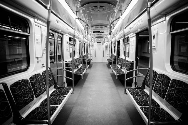 A kék metró egy üres szerelvénye Újpest-Központ megállónál.