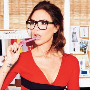 Victoria Beckham saját tervezésű szemüvegében