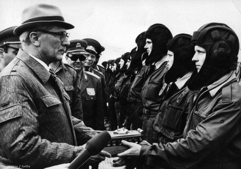 1980-ban a varsói szerződés hadgyakorlatán egy Arany tank-díjjal. A keletnémet vezetés aggódott a leginkább a lengyel események, a Szolidaritás megerősödése miatt, attól tartottak ugyanis, hogy Lengyelország kiválik a Varsói Szerződésből, és ezzel elvágják az NDK-t a Szovjetuniótól. Honecker a csehszlovákiaihoz hasonló fegyveres beavatkozást követelt, de ezzel egyedül maradt a keleti blokkban.