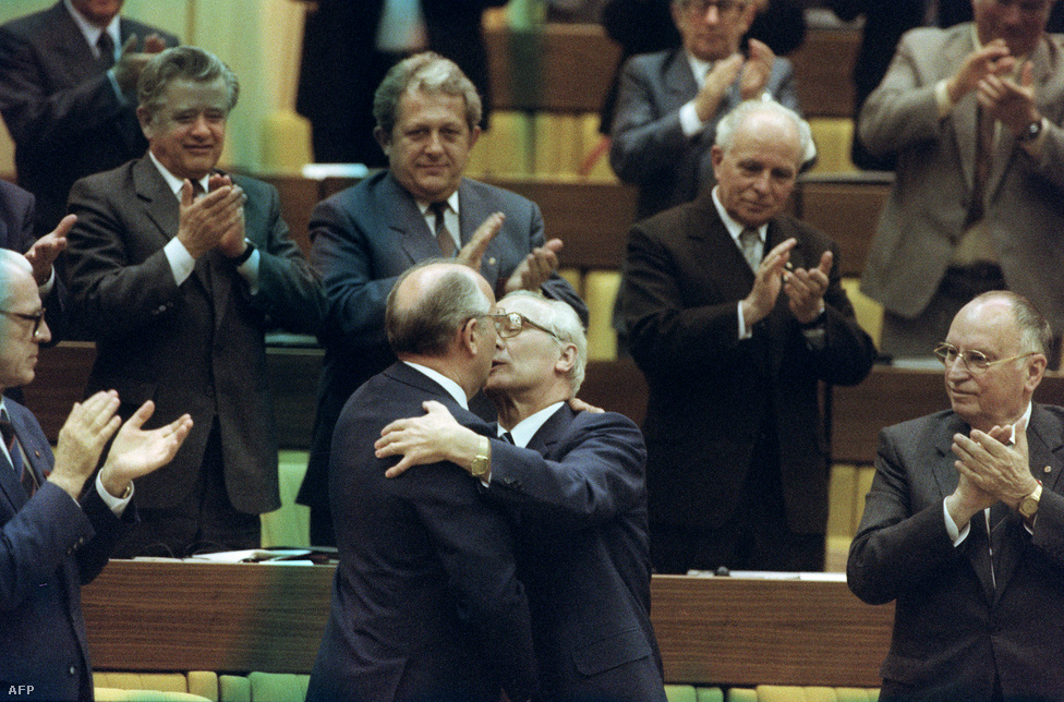 Egy fiatalabb szovjet pártfőtitkár, a csók a régi, de a viszony a kezdetektől fagyos volt. Gorbacsov számára kínos volt Honecker vonalassága, nem tudta változásokra kényszeríteni.