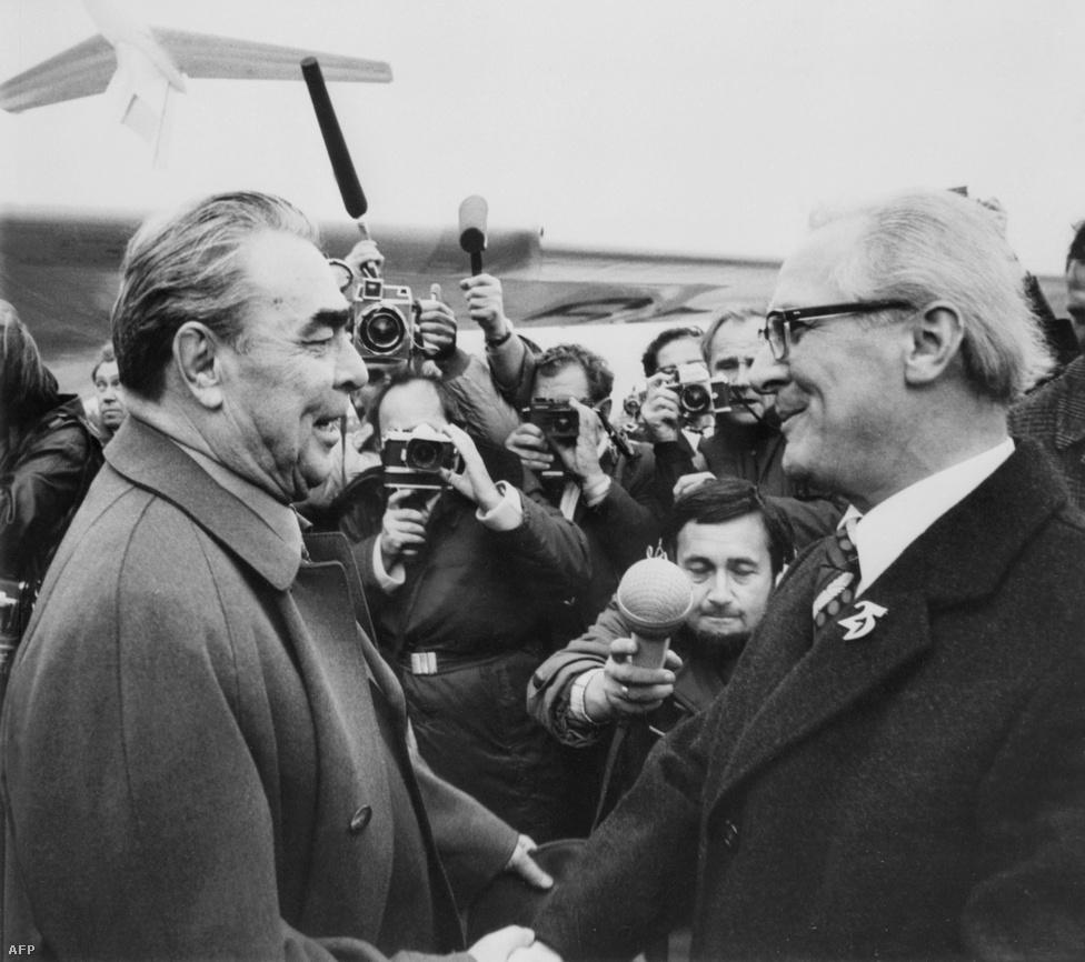 A nagy mentort, Brezsnyevet üdvözli 1974 októberében a berlini reptéren.