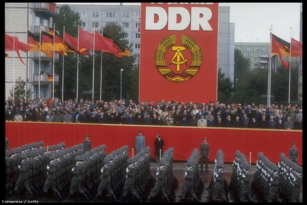 Még egy utolsó nagy ünnepség, katonai parádé az NDK megalakulásának 40. évfordulóján, 1989 október 6-án.  Eddigre jelentősen elöregedett a keletnémet állampárt vezetése. A 76 éves Erich Honecker 18 éve állt az NSZEP élén és 1976 óta államelnök (a szocialista táborban mindössze a bolgár Todor Zsivkov és a román Nicolae Ceausescu töltötte be nála régebben hivatalát). Az NSZEP Politikai Bizottsága 22 teljes                         jogú tagjának átlagéletkora 66 év volt, a legfontosabb döntéseket meghozó                         testületben mindössze hat olyan politikus foglalt helyet, aki 60                         évesnél fiatalabb. A NSZEP KB - Honeckerrel együtt 11 tagú -                         titkárságának átlagéletkora 64 év volt.