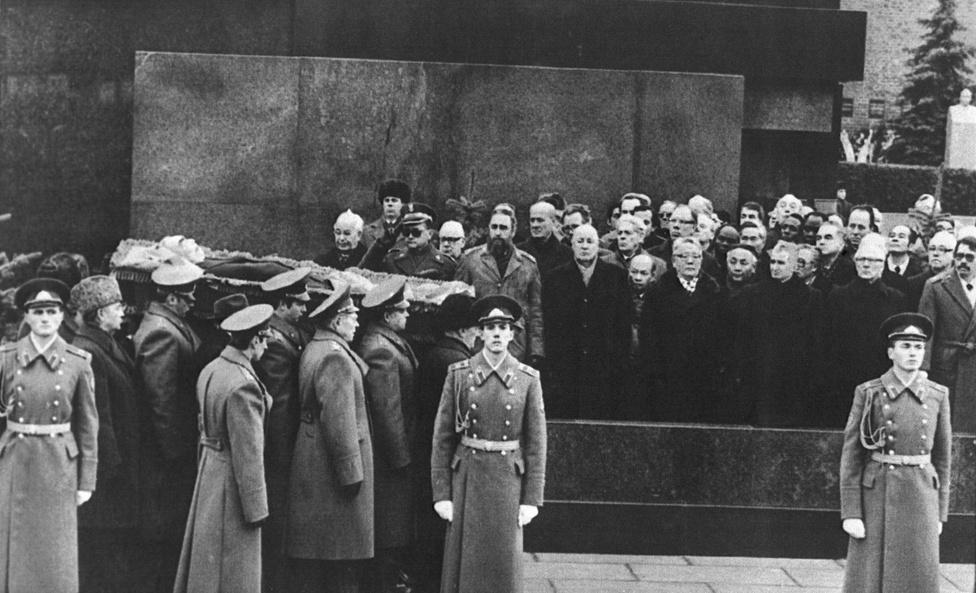 A nagy támogató, Leonyid Brezsnyev szovejt pártfőtitkár temetése Moszkvában, 1982. november 15-én. A Lenin-mauzóleum előtt a külföldi államfők és politikusok névsora (balról jobbra): Gustav Husak, Wojciech Jaruzelski, Fidel Castro, Losonczi Pál, Kádár János, Troung Chinh, Jumzsaginj Cedenbal, Nicolae Ceausascu, Erich Honecker és Daniel Ortega Saavedra állnak.