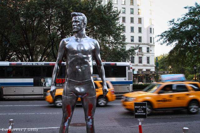 """New York: ezüstös giccs néz a sárga taxik után. Egyszerre emlékeztet az Oscar szoborra, és a Fonyódi móló végén található """"drágám, hol a fürdőgatyám"""" gúnynévre hallgató szocialista ízlést tükröző műre."""