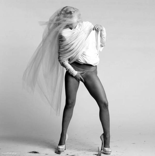 A fekete-fehér klipben az énekesnő hozzámegy Taylor Kinneyhez, azaz Mason, a sorozat ex-farkasemberéhez.
