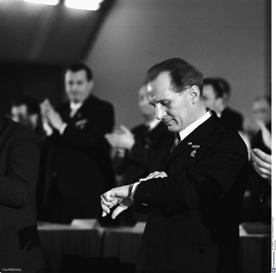 Honecker 1967-ben már a legbelsőbb politikai vezetés tagja volt. Bár a berlini fal felhúzását Ulbricht rendelte el, a Központi Bizottságban Honecker volt az építkezés felelőse.