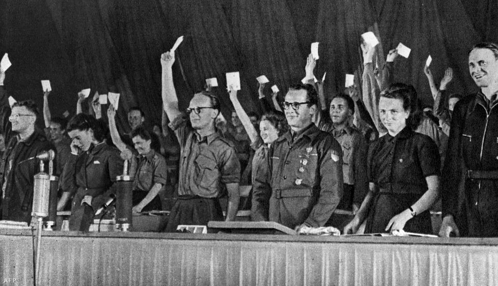 A bányász apától és háztartásbeli anyától 1912. augusztus 25-én született Erich Honecker már tízévesen csatlakozott a kommunistákhoz, még a moszkvai Lenin-iskolában is tanult. Tagja lett a kommunista ellenállási mozgalomnak, 1937-ben le is tartóztatták, csak 1945-ben szabadult. A képen a háború után, 1946-ban elégedetten veszi tudomásul, ismét megválasztották a Szabad Német Ifjúság vezetőjévé. Ez volt a háború után az első jelentősebb tisztsége.
