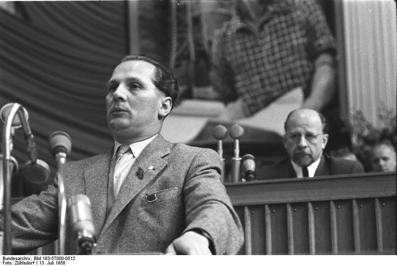 1958-ban a Németország Szocialista Egységpártja ötödik kongresszusán. Mögötte Walter Ulbricht, a párt akkori főtitkára. Ulbricht kemény kezű, sztálinista politikus volt, az ő nevéhez fűződik a berlini fal felépítése is. A gazdaságpolitikában azonban liberálisabb vonalat vitt, emiatt komoly ellenzéke lett a pártban. Az elégedetlenek  élére a Brezsnyev által is támogatott Honecker állt, és váltotta le 21 év után Ulbrichtot.