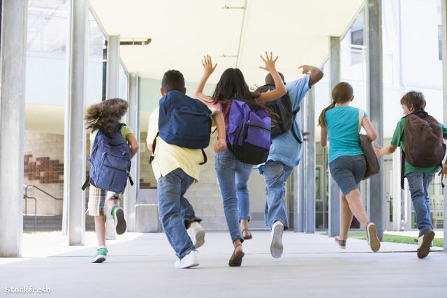 stockfresh 83563 elementary-school-pupils-running-outside sizeM