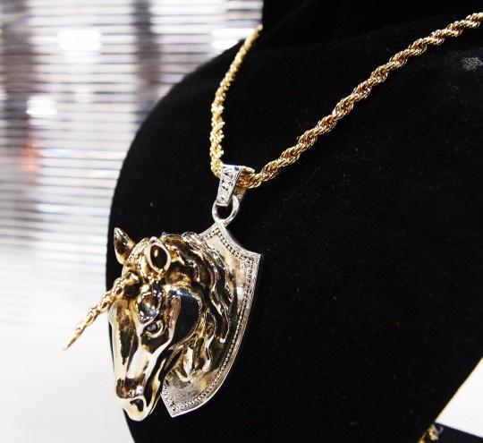 A kollekció egyik kedvence, az unikornis medállal feldobott vastag lánc.