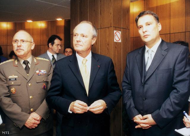 Fodor Lajos vezérezredes a HM vezérkari főnöke Medgyessy Péter és  Juhász Ferenc  honvédelmi miniszter.
