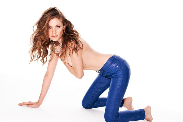 Behati Prinsloo-nak eltüntették a lábujjait a Juicy Couture retusőrei.