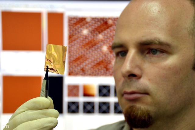 Tapasztó Levente egy rézhordozóra növesztett grafén réteget tart a kezében az MTA Kutatóközpontjában.