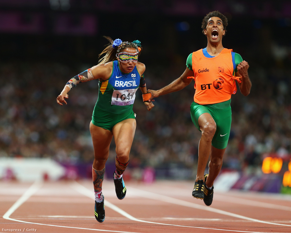 Terezinha Guilhermina és segítője nyerték a női 100 méteres síkfutást a T11-es rokkantsági kategóriában.