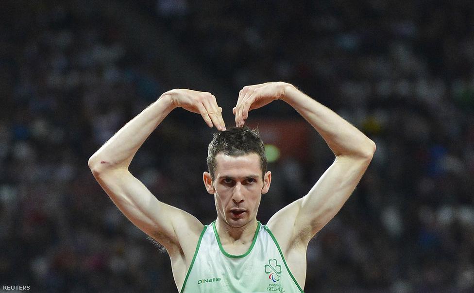 Michael McKillop 800 méteres síkfutásban nyert aranyat, és az olimpiai futó Mo Farah ismert mozdulatával ünnepli győzelmét.