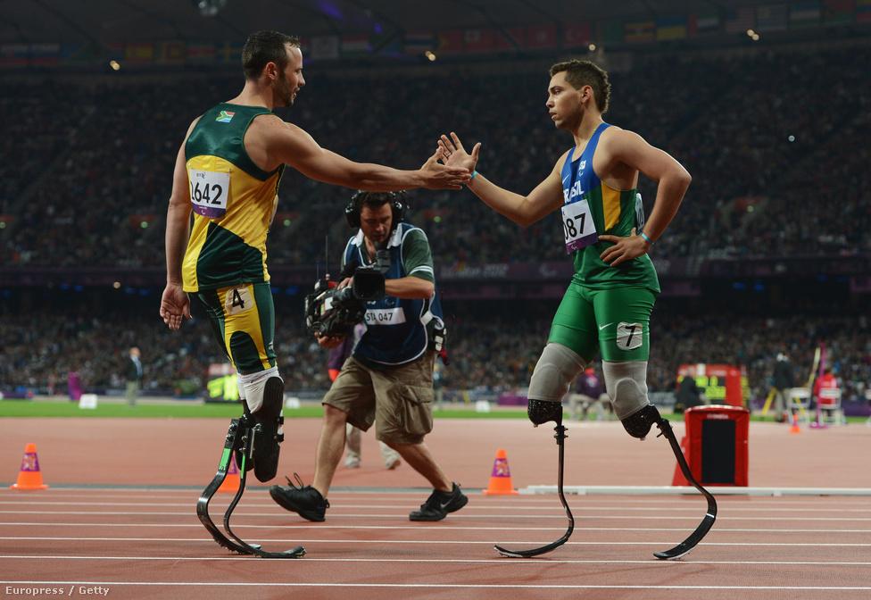Alaon Fonteles Cardoso Oliveiranak gratulál Oscar Pistorius, miután a brazil legyőzte a dél-afrikait 200 méteren.