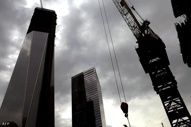 A New York fölé tornyosuló World Trade Center 1-es épülete