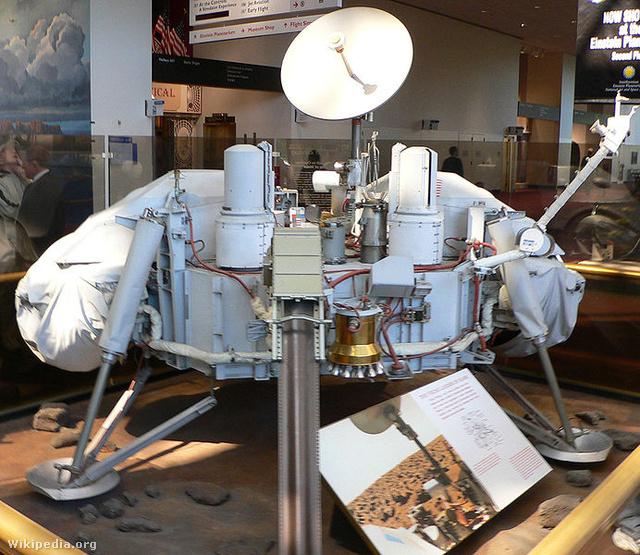 692px-Viking lander model