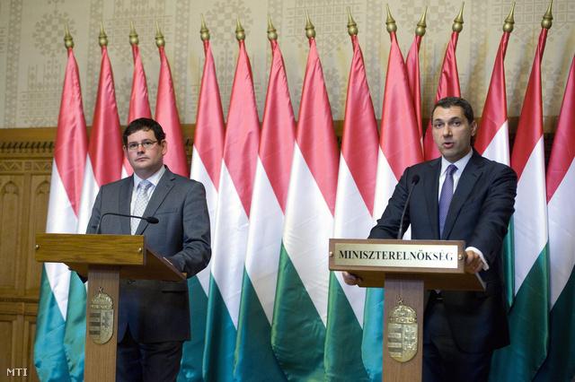 Lázár János és Kósa Ádám fideszes európai parlamenti képviselő közös sajtótájékoztatója.