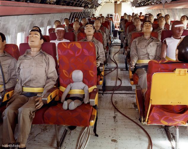 A NASA 2009-ben Kaliforniában tesztelte egy Boeing 707-esen egy baleset hatásait - ebben a tesztben is bábuk utaztak a gépen