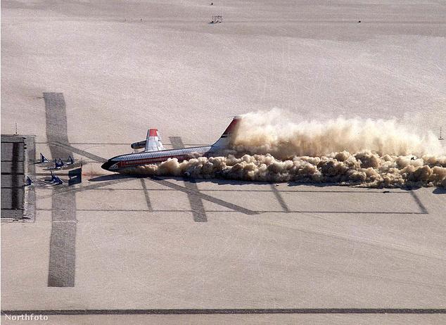 A NASA 2009-ben Kaliforniában tesztelte egy Boeing 707-esen egy baleset hatásait