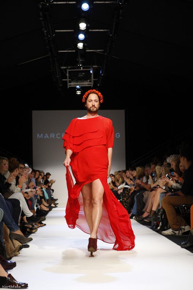 Marcel Ostertag férfimodelljére adta feltűnő piros nyitóruháját.