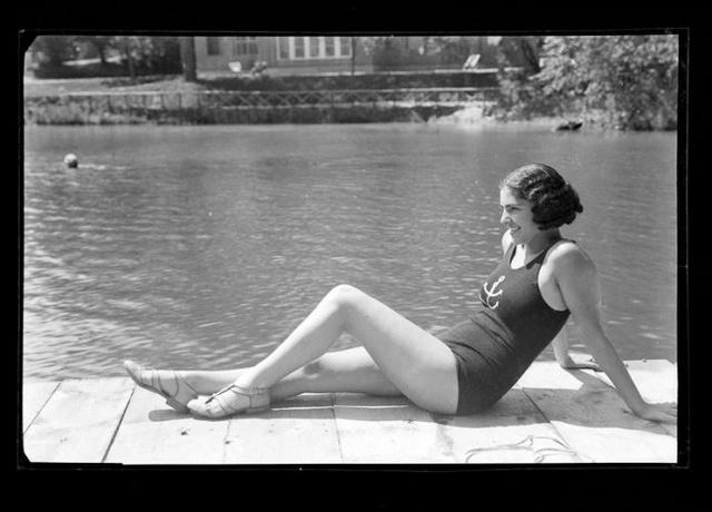 Fürdőző nő, Szováta, 1935. OSZK Fotótár, Szabó Dénes.