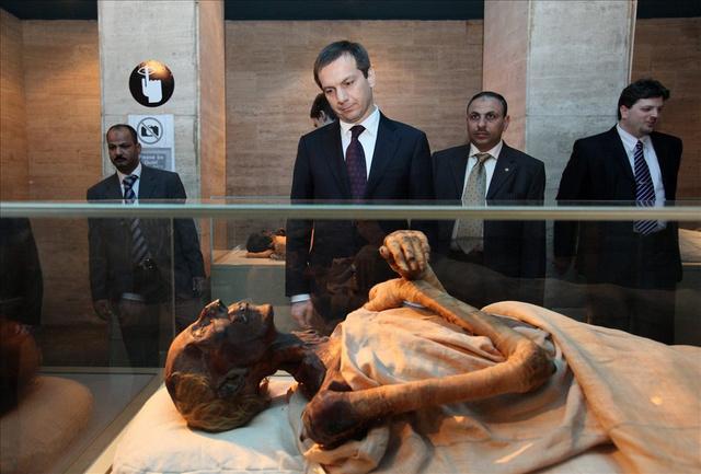 A hivatalos egyiptomi látogatáson tartózkodó Bajnai Gordon miniszterelnök megtekint egy múmiát az Egyiptomi Múzeumban, Kairóban.