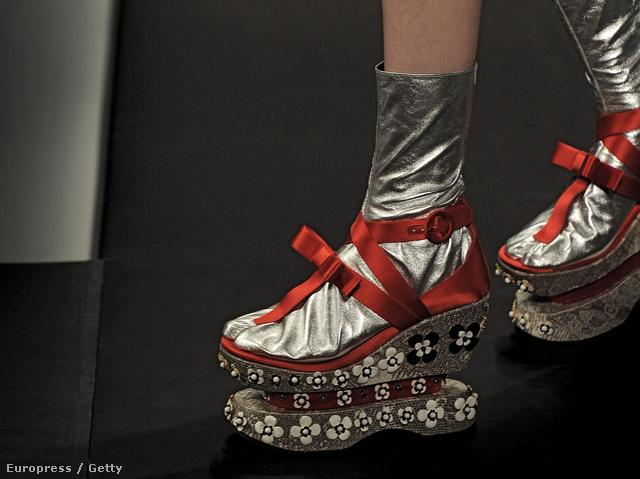 Virágokkal díszített gésa cipő ezüst zoknival.