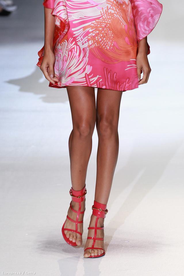 Rózsaszín és nagyon nőies rácsos szandál a Gucci-tól.