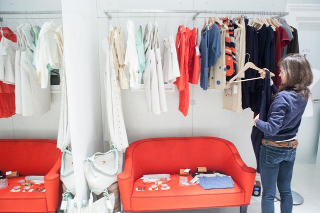 Ismert és ismeretlen márkák keverednek: a kanapén Kepp kiegészítők, a sarokban Komod táskák