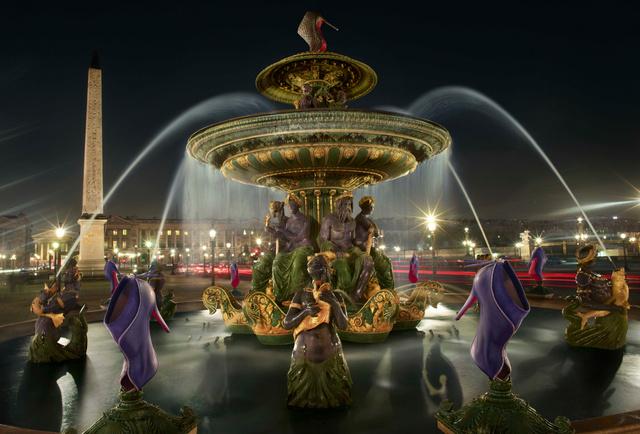 Giccsbe hajló szőkőkút jelenet a francia márka kampányában.