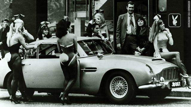 A legendás Aston Martin és egy raklap playmate